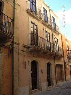 L'appartamento si trova al primo piano, la via è molto tranquilla