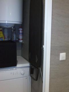 Secadora de ropa, tabla de planchado y utiles de limpieza