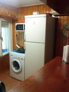 lavadora y gran nevera en cocina