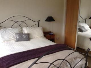 The cosy main bedroom (with en suite)
