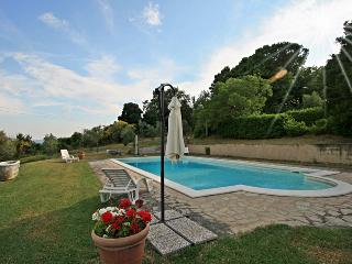 Romantic cottage 5' walk to the village in Tuscany with private pool & garden