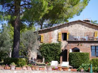 Tremendous Tuscan holiday farmhouse with private hillside pool, terrace and garden, sleeps 10