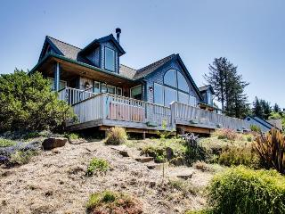 View the ocean from a telescope or soak in the hot tub at this OR coast lodge!, Neskowin
