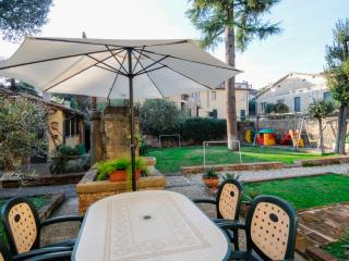 A VEIW OF THE GARDEN WITH THE COMFORTABLE TABLE AND CHAIRS FOR GUESTS