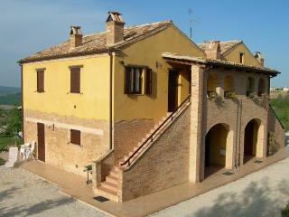 Traditional Marche farmhouse with porch and pool !, Cossignano