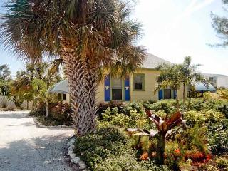 Whispering Pines: 2BR Classic Cottage Near Beach, Anna Maria