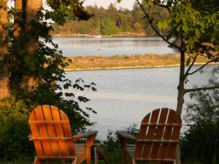 Beachwood Cottage, Lovely Private Waterfront, Victoria