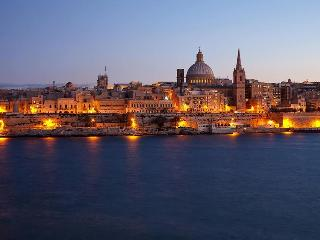 Valletta is a 5 mins walk away Flat 1 : Sleeps 2-5