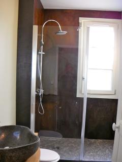 la salle d'eau avec sa douche italienne