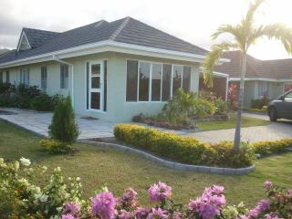 3BD VILLA / HOUSEKEEPER + AIRPORT RETURN TRANSFERS, St. Ann's Bay