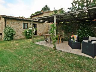 Romantic cottage 5' walk to the village in Tuscany with private pool & garden, Radicondoli