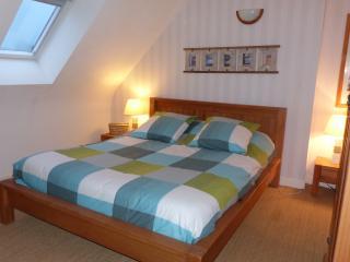 Chambre avec lit double et rangements