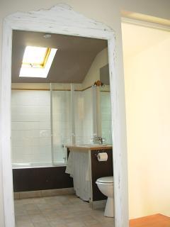 La salle de bains avec sanitaires