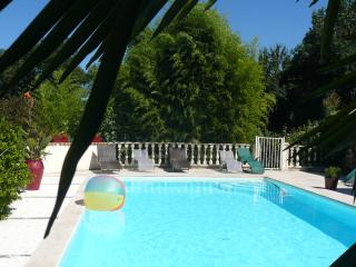 Chez Emilion. Gauriaguet. Bordeaux Vineyards. Pool, hot  tub in 2 acre grounds