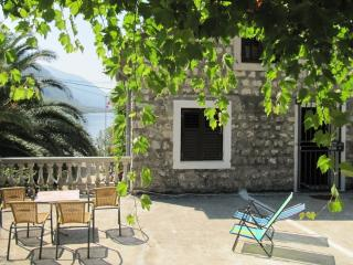 Lovely house, 30m from the sea, Orahovac