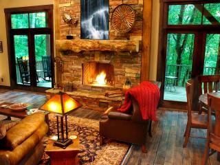 Creekside Luxury Cottage on 2.5 wooded acres, sleeps 2-8, outdoor fireplace!