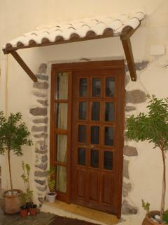 Located on a narrow alley of the village, Apartment Lefkogia Prevelis welcomes you!