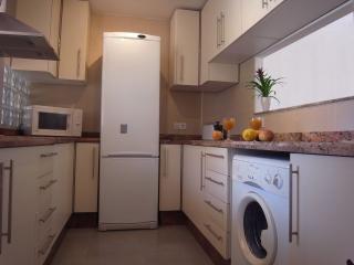 cocina moderna y renovada con ventana al salón/comedor completamente equipada