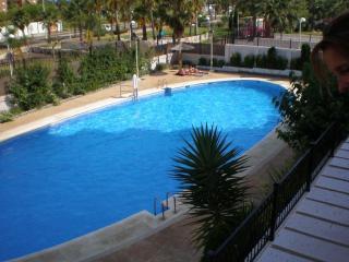 Apartamento de playa, con piscina y terraza.