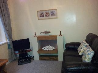 Reclining leather sofas and a pebble fire to relax by - at Shellseekers Holiday Apartment No1