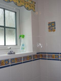 Clean fresh bathroom at Shellseekers Holiday Apartment No2