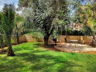 LUXURY SISTER APT ~  2 BDR ~ WITH LARGE GARDEN, Jerusalém
