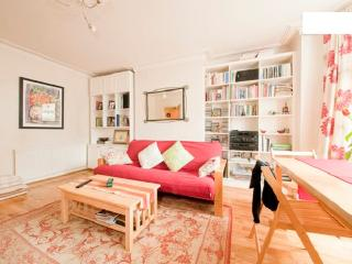 Charming London apartment in Zone 2, sleeps 4
