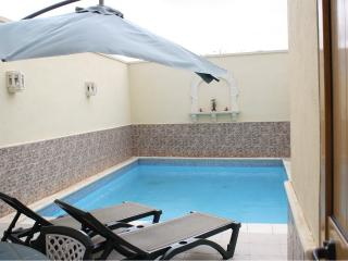 HOUSE WITH POOL SLEEPS 8, Qawra