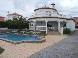 Villa Marisol , preciosa torre con piscina privada , 5 dormitorios y 3 banos.