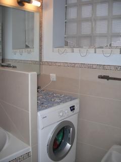 angle machine à laver dans la salle de bain