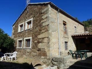 Casas rurales Gredos 'la higuera' y 'el nogal' 12 plazas con Piscina, Barbacoa.