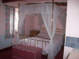 Double bedroom with 4 poster bed