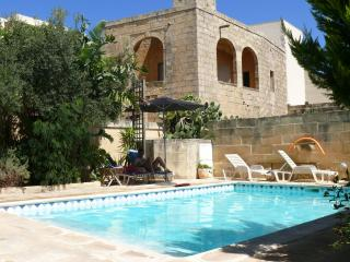 Ta Xmun Farmhouse with pool, Zebbug