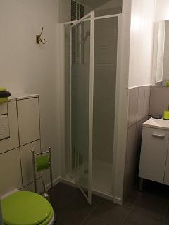 Salle d'eau avec douche, meuble vasque et WC suspendu