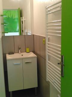 Meuble vasque et sèche serviette de la salle d'eau