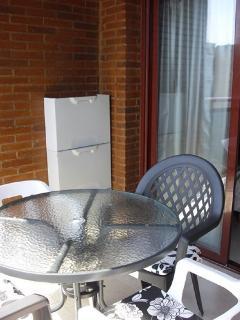 Terraza con mesa y 4 sillas y zapatero