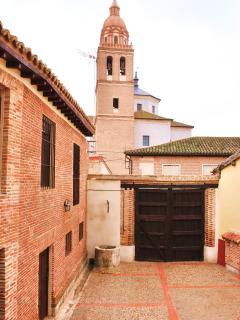 Patio Medieval al Pié de la Torre de la Iglesia