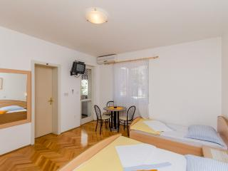 Apartments Mirko - 36201-A1, Makarska