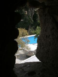 La piscina desde una saetera del castiilo.