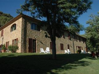 Delightful Tuscan farmhouse accomodation in enchanting countryside offers shared swmming pool and garden, Riparbella