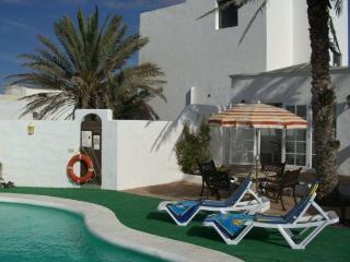 La Bodega con su terraza y piscina climatizada