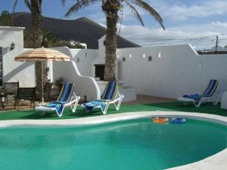 La Bodega con piscina y jaccuzzi climatizada, Tinajo
