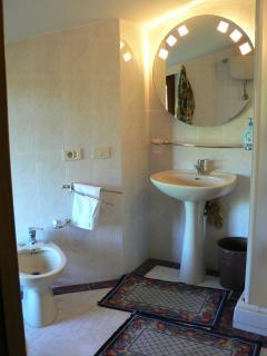 bagno della camera quadrupla: comodo, elegante ed accogliente