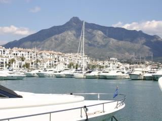 OFFERS, BEACH FRONT, PUERTO BANUS, CLUB PLAYAS DEL DUQUE, FREE WIFI & PARKING,