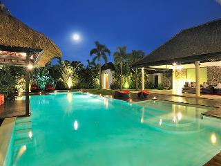 2 minute walk to beach - Next to Seminyak Square and 'Eat Street' 5BR Sleeps 14