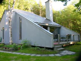 Contemporary Brookside Retreat 2BR/2BA sleeps 5. Minutes to village Woodstock VT