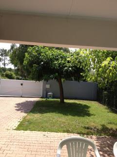 jardin avec portail et mur pour votre intimité
