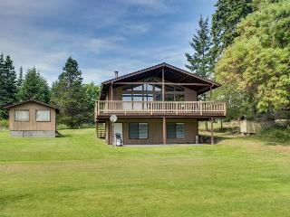 Tranquil bayfront home with a covered deck & large lawn, close to the beach!