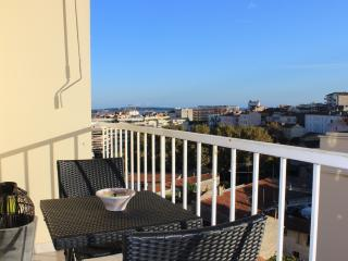 Sunny apartment with balcony on Avenue St. Jean in Cannes, Le Cannet