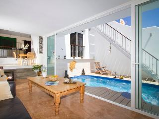 The Beach House right by the Beach/Promenade, Private Pool, Rooftop Sea views,